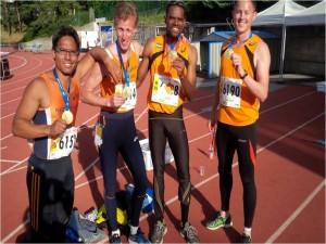 Ciko-atleet Ramirez Rivers (tweede van rechts) lid van de winnende ploeg tijdens het WK Masters in Lyon. Met ook een nederlands record op de 4x400meter